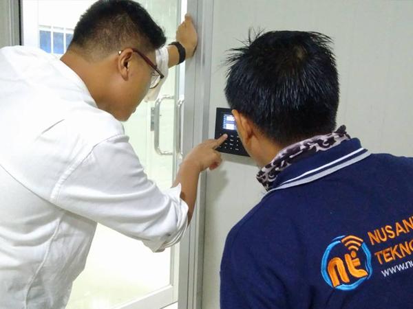Instalasi Mesin Akses Door di PT CHM Beton Indonesia