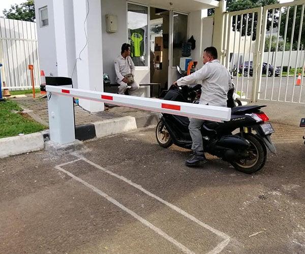 Pemasangan Palang Parkir Otomatis di Cluster Water Spring Grandwisata Bekasi